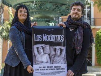 Marcela Matta y Mauro Sarser junto al cartel que promociona 'Los modernos'