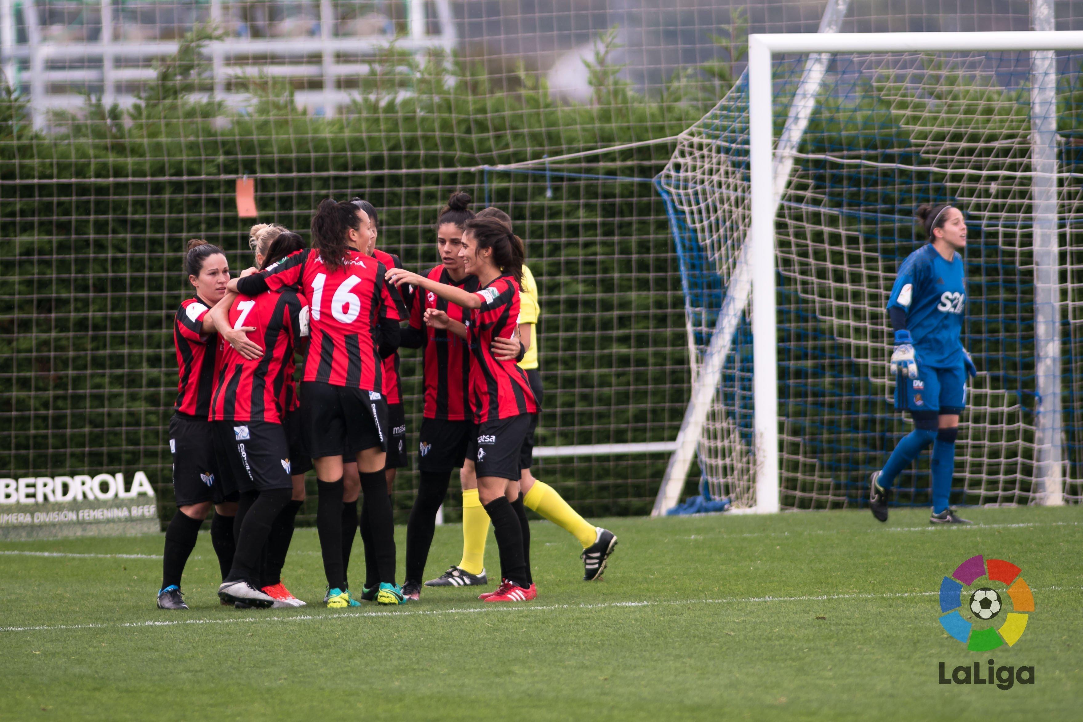 Las chicas del Sporting de Huelva celebran el gol ante la Real Sociedad.