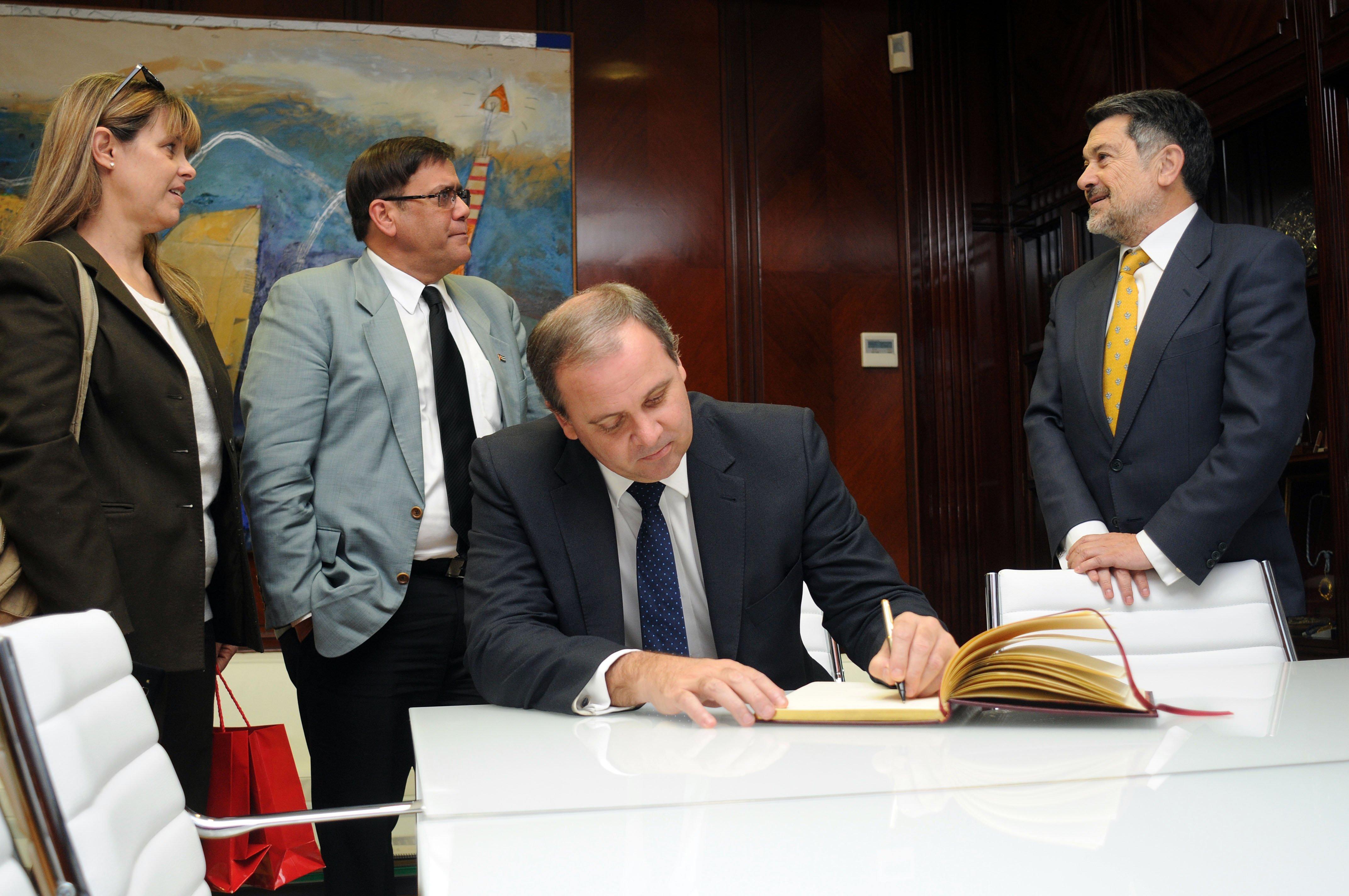 El embajador de cuba firmó en el Libro de visitas de la APH