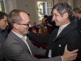 Manuel H. Martín, director del Festival, felicita a Simón Hernández, director de 'Pizarro'