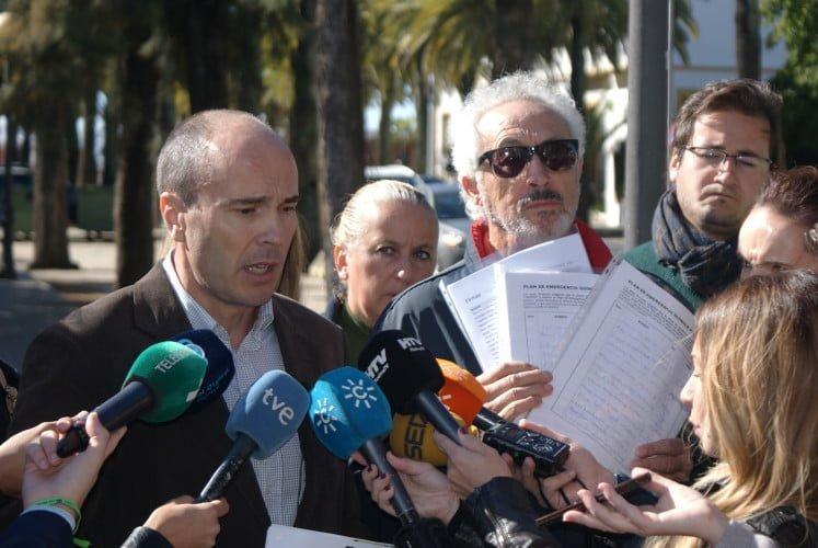 Integrantes de la Mesa de la Ría muestran el documento de alegaciones al Plan de Emergencias para Huelva, que entregarán a la Junta de Andalucía