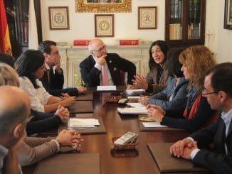 Los populares, encabezados por Loles López, se han reunido con el Colegio de Médicos de Huelva