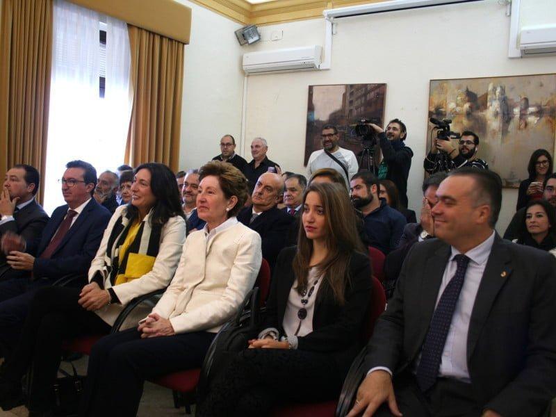 Loles López ha arropado al nuevo alcalde en un salón de plenos con mucho público