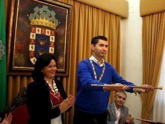El nuevo alcalde de Valverde, con su bastón de mando