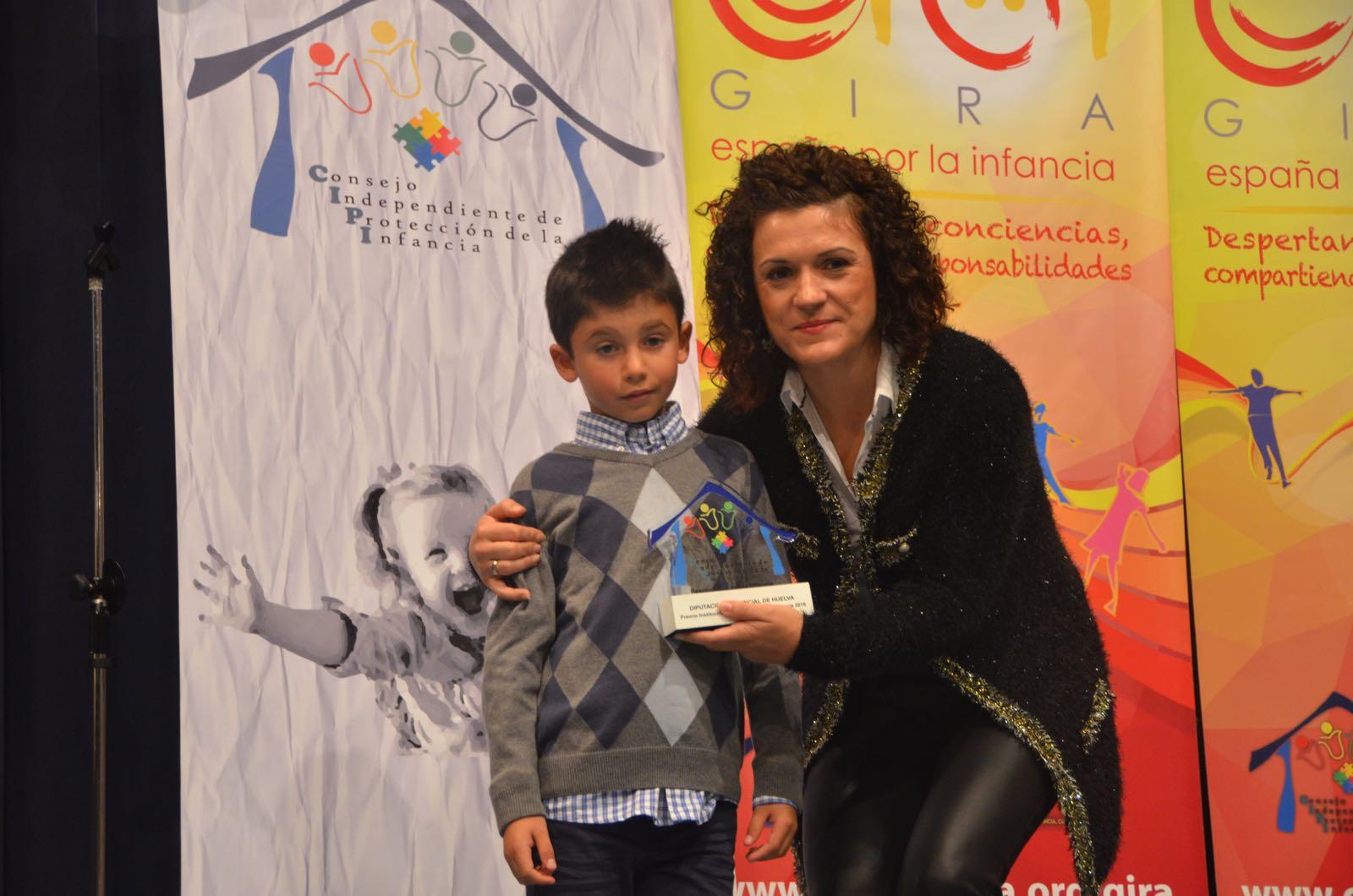 María Eugenia Limón ha recogido el premio concedido a la Diputación Provincial