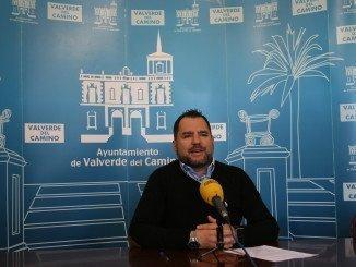 En rueda de prensa Domingo Doblado (PP) ha presentado la moción valverdeña en contra de la fusión