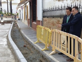 El subdelegado del Gobierno y el alcalde de La Palma visitan las obras de la calle Real