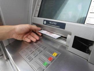 El detenido pudo sustraer el dinero al estar el PIN en la cartilla