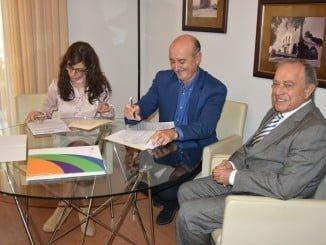 El alcalde, firmando el contrato con la empresa que prestará el servicio