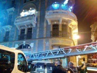 Ante el riesgo de desprendimiento, los bomberos han retirado la cornisa