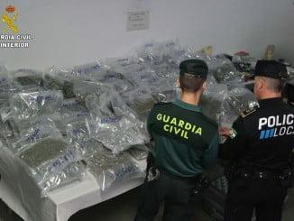 Miembros de la Guardia Civil y de la Policía Local con la droga encontrada en el registro