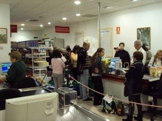 Los economatos con precios especiales para los más vulnerables proliferan en toda España