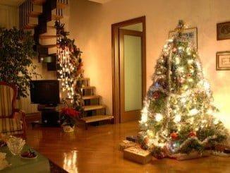 El árbol navideño desbanca al belén en los hogares españoles, si bien aún son muchos los que optan por las dos cosas