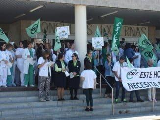 Una de las numerosas concentraciones que se vienen sucediendo a las puertas de los hospitales de Huelva