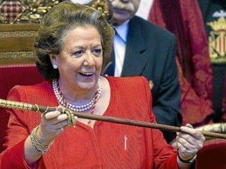 Rita Barberá, con su bastón de mando cuando era alcaldesa de Valencia
