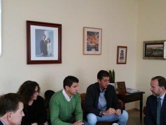 Reunión a tres bandas sobre el progreso social en Huelva