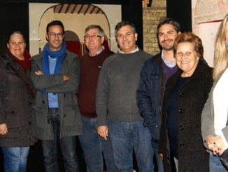 La alcaldesa y el concejal de Cultura junto al resto de ediles de Isla Cristina en el Belén Municipal.