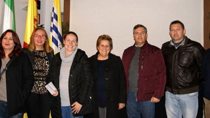 La alcaldesa, el primer teniente de alcalde, la presidenta de la Gestora, el secretario y los premiados.
