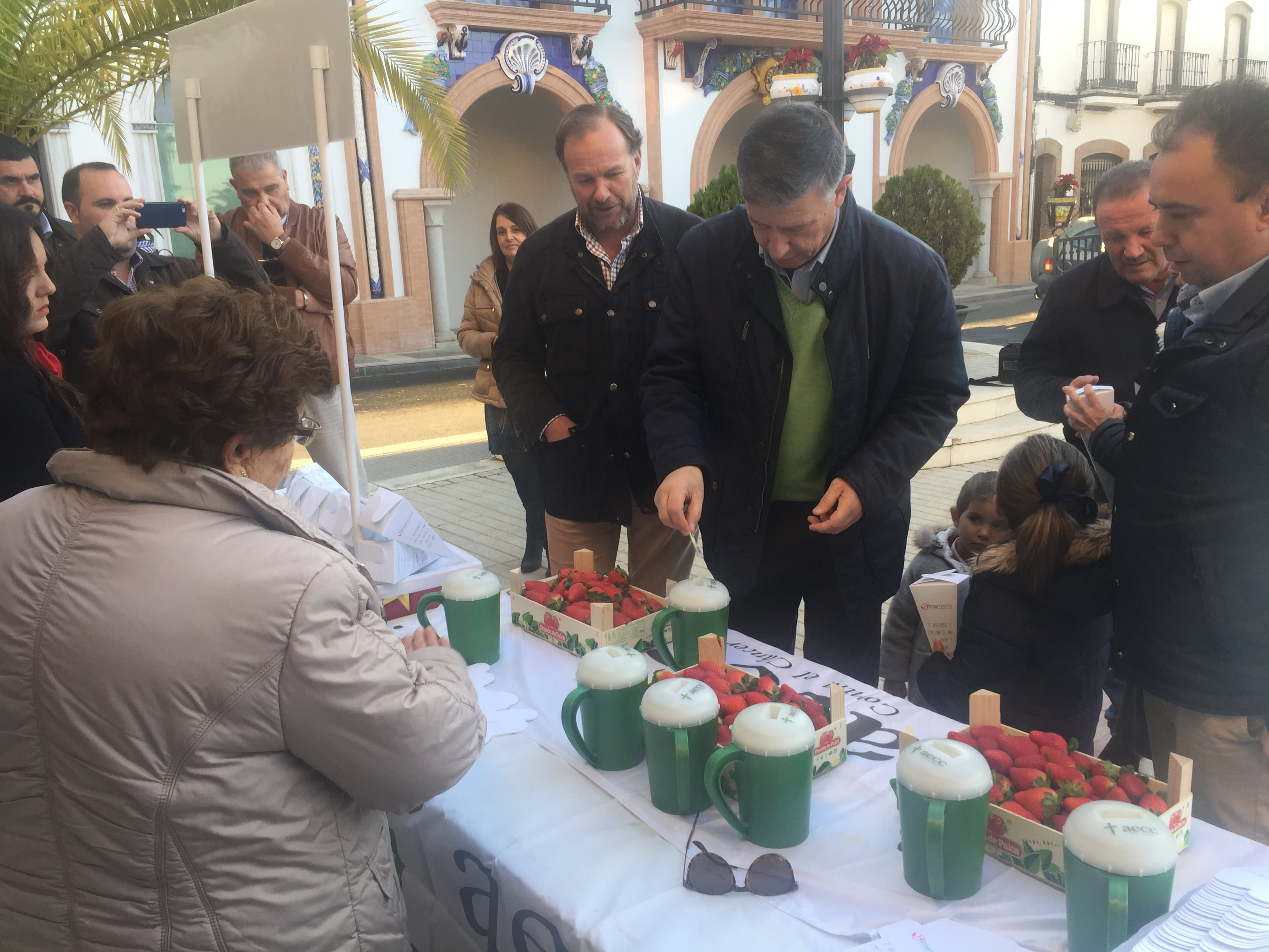 El alcalde de Palos de la Frontera, Carmelo Romero, se acercó hasta el stand para apoyar la inIciativa solidaria de Interfesa 'Campanadas con fresas' a favor de AECC.