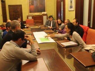 Los Vecinos de Los Rosales, reunidos con el alcalde para conocer el Proyecto Campo de Fútbol en su barrio