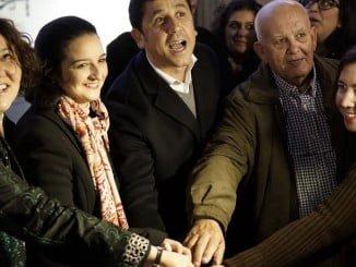 Representantes de las organizaciones empresariales y alcalde de Ayamonte dan juntos al botón del encendido de las luces de Navidad.