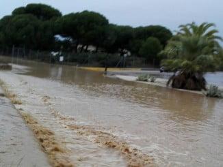 El agua superó nuevamente la carretera y el puente que une La Dehesa con la zona del campo de golf