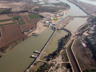El Puerto de Sevilla, por falta de calado y situación financiera, no puede competir ante el crecimiento del de Huelva,.