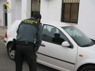 El autor de los robos detenido por la Guardia Civil utilizaba el , mismo modus operandi, rompiendo el cristal delantero para abrir la puerta y sustraer los objetos de valor que hubiera