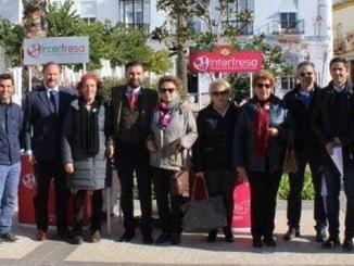 En Moguer, en apoyo de la iniciativa solidaria de Interfresa en favor de la AECC, acudió el alcalde y productores en dicho municipio.