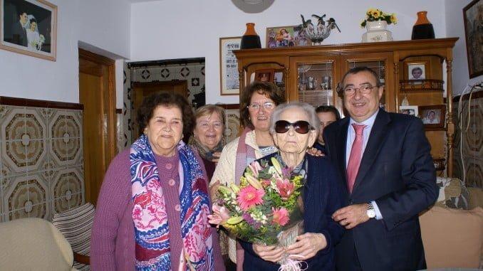 La Once ha entregado un ramo de flores a Isabel, la afiliada más mayor de la provincia que vive en Punta Umbría