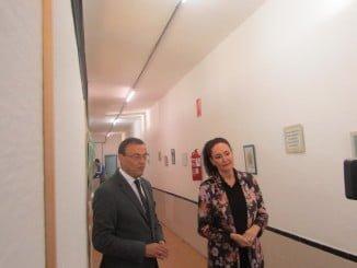 Caraballo junto a la alcaldesa de Gibraleón en en antiguo Colegio Belén, donde han firmado un convenio
