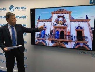 """Romero explica la """"polémica"""" fachada, obra del ceramista de La Palma del Condado, Agustín Echevarría"""