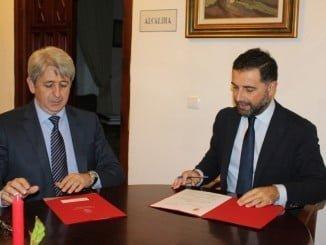 Gustavo Cuellar y Agüero firman el acuerdo de patrocinio del libro