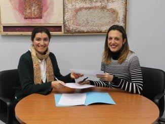 María José Pulido e Inmaculada Gallardo en la firma del convenio