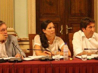 María Martín, entre Ruperto Gallardo y Enrique Figueroa en un pleno municipal