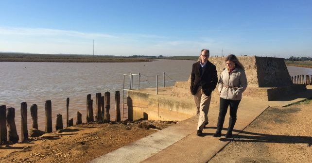 Díaz Trillo junto a la alcaldesa de San Juan en el Muelle del Tinto