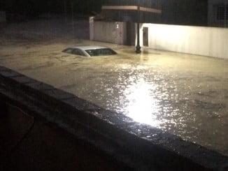 Los vecinos creen que el desbordamiento del arroyo fue el causante de las inundaciones