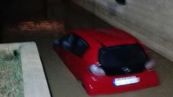 El agua inundó casas y garajes tras desbordarse el arroyo
