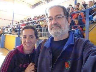 En la imagen, Celes Vizcaíno, entrenadora onubense y una de las ponentes del clinic, junto al también onubense Juan Cuesta, uno de los homenajeados.