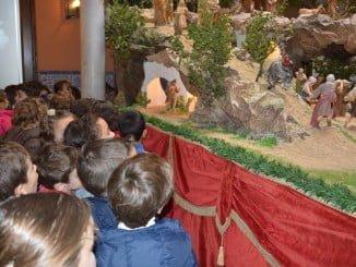 Escolares visitan el Belén del ayto de Almonte.