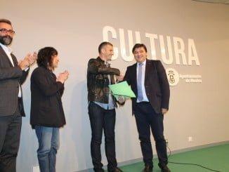 Víctor Manuel Núñez García recibe el premio de manos del alcalde de Huelva