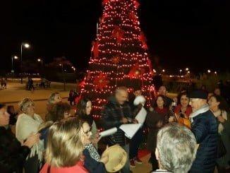 Gran árbol de navidad en la barriada marinera de Canela