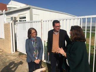 El presidente del PP en Huelva critica los recortes de la Junta en materia de Educación, durante su vista a un centro escolar de Lepe
