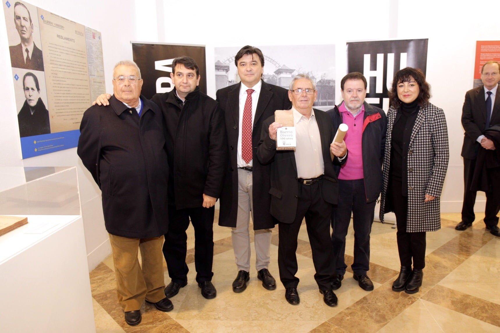 El alcalde de Huelva ha inaugurado la exposición, acompañado por el presidente de la AAVV Santa Bárbara