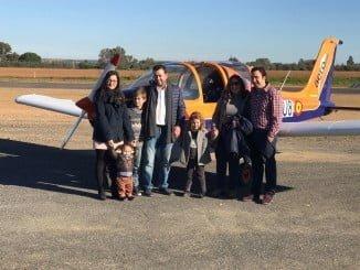 Lucía, junto a su familia y los novios que han apadrinado su deseo de volar