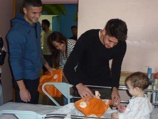 Los jugadores del Recre visitaron a los niños del Hospital Juan Ramón Jiménez