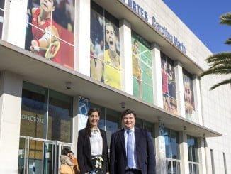 El alcalde junto a Carolina Marín en el palacio de deportes que lleva su nombre y que acogerá el campeonato