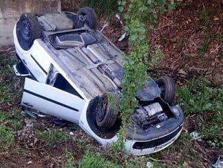El vehículo cayó a un barranco tras salirse de la vía