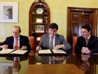 El alcalde, Gabriel Cruz, y el presidente de Cruz Roja en Huelva, Juan José Blanco, en la firma del convenio