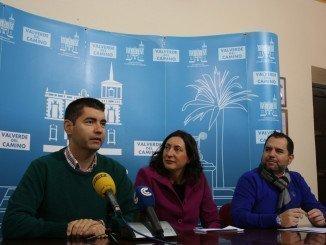 Manuel Cayuela, Loles López y Doblado Vera anunciando la ayuda